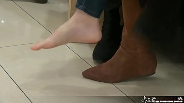 Asian flight attendant took off boots in shopping mall