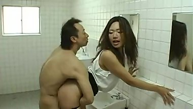 Short japanese guy fucks tall girl